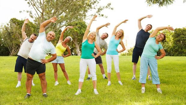 Chăm sóc sức khỏe bằng cách tập thể dục ngoài trời để hít thở không khí trong lành.