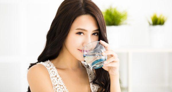 uống nước khiến cho cơ thể bài tiết các chất bẩn, khí huyết lưu thông dễ dàng, sức khỏe sẽ được cải thiện.