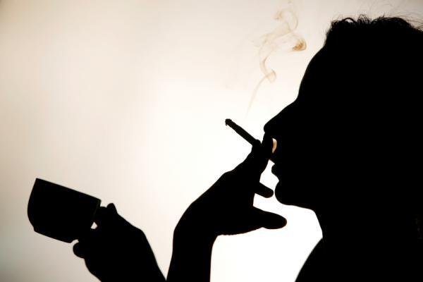 Hút thuốc là hiện trạng tệ hại, khiến sức khẻ mau tuộc dốc. Các bệnh nền sẽ gia tăng.